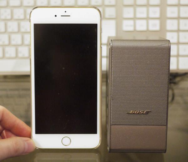 ボーズのコンピューターミュージックモニターとiPhone 6 Plusを比べた画像