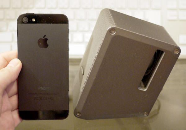 ボーズのコンピューターミュージックモニターとiPhone5を比べた画像