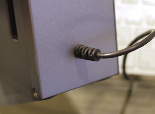 ボーズのコンピューターミュージックモニターの背面 左スピーカー