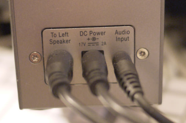 ボーズのコンピューターミュージックモニター 右スピーカー背面のソケットで左右のスピーカーをつなぐ