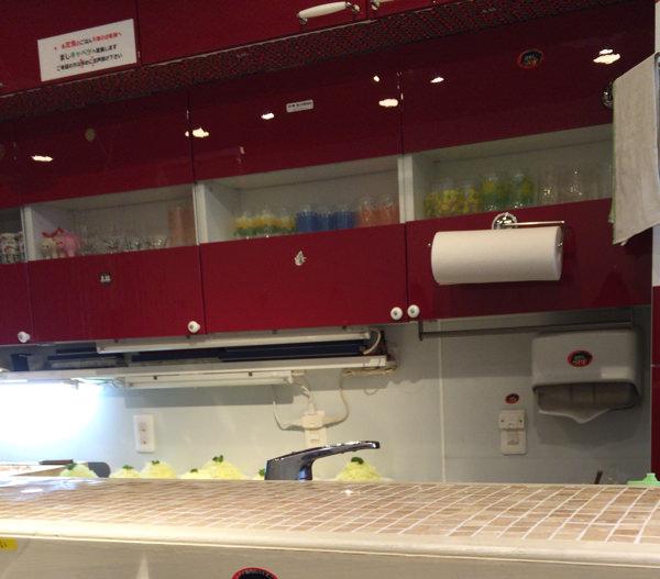 丸山吉平 店内には赤いキャビネットで統一