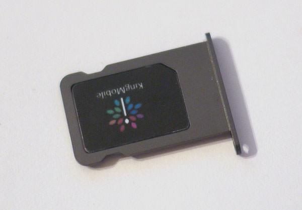 SIMスロットにKing MobileのSIMカードをはめ込む