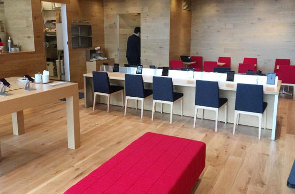 店内のテーブルと椅子