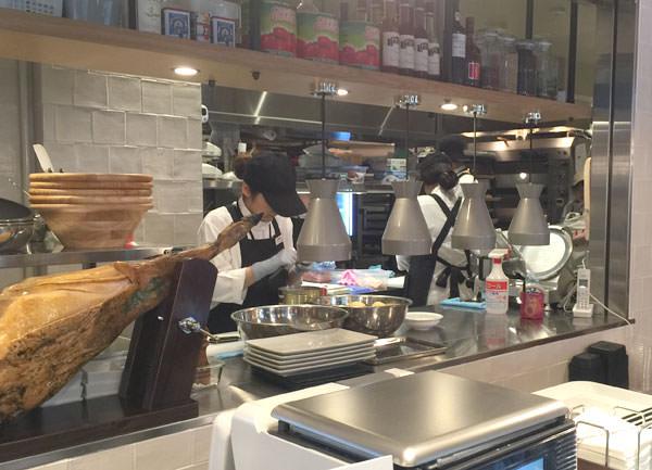 お惣菜はマヨルカ店内のキッチンで作られている