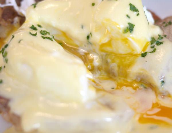 エッグベネディクトを切ったところ 中から卵が流れ出します