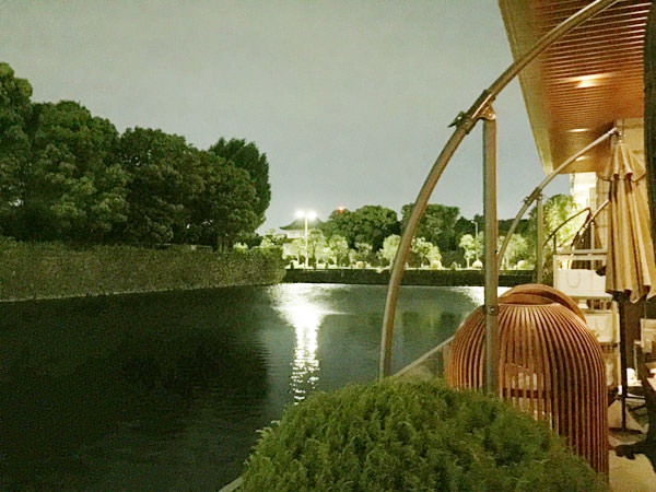 パレスホテル東京のテラス席 横にはお堀が流れてる