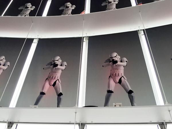 窓にはストームトルーパーの写真が貼ってある
