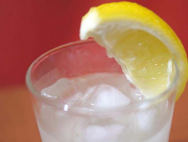 レモンのスライスをグラスに添える