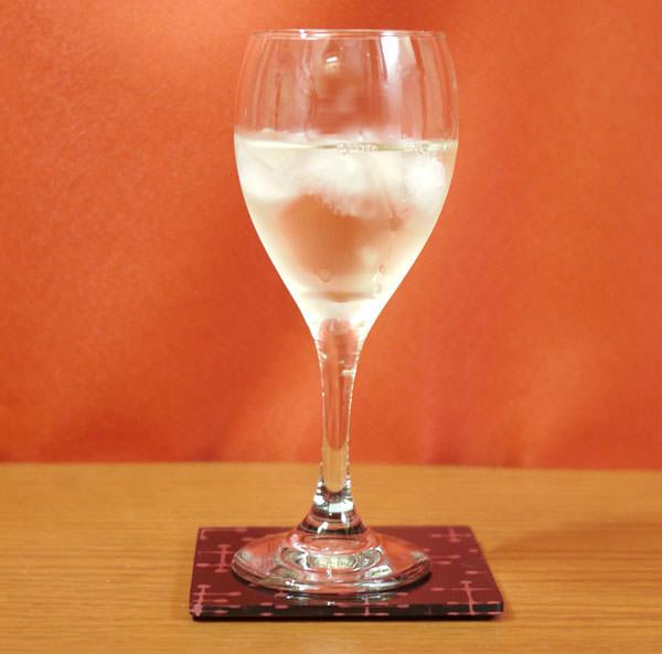 グラスに白ワインを入れる