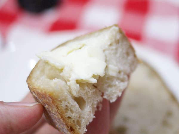 ヒュッゲ アンデルセン醗酵バターをつけて頂きます