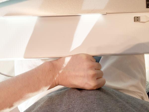 机と体の間に拳がひとつ入るくらいがちょうどいい広さ