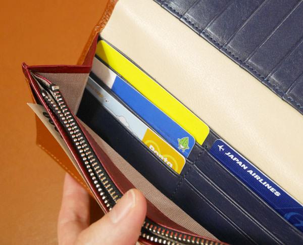 左側にもクレジットカードのポケットがある