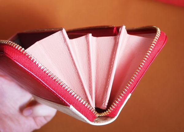 財布は大きく開くので取り出しやすい 100度まで開く