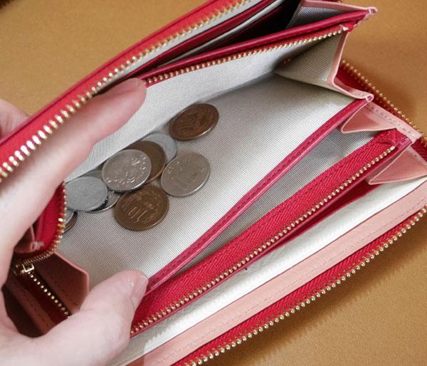 小銭入れは大きく開くので取り出しやすい