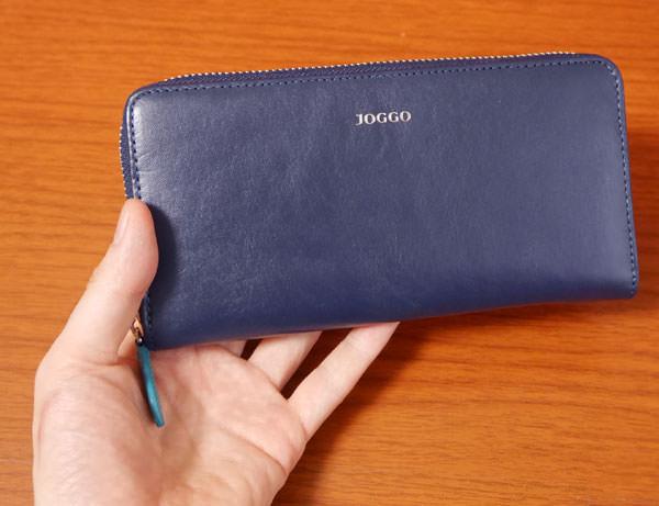 JOGGOのラウンドファスナー財布を手に持った大きさ