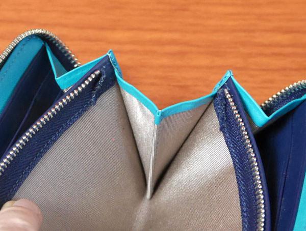 シンプルラウンド長財布はマチも広く取られている
