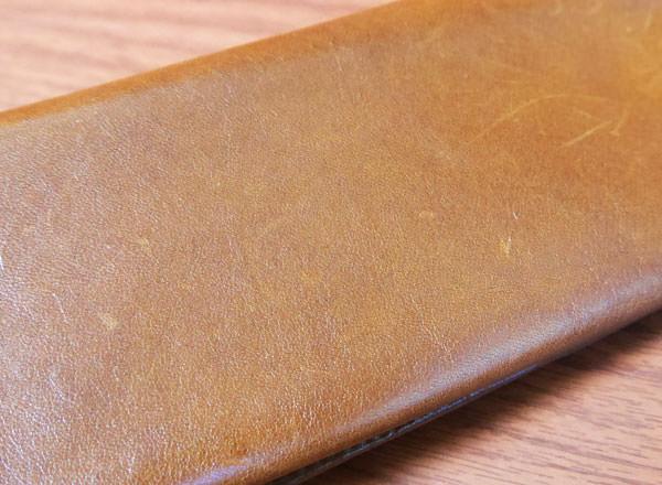 ココマイスターのマットーネ マルチウォレット 革の質感
