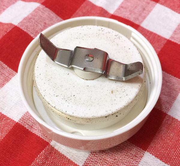 使用した後のミルはコーヒーの粉で汚れる
