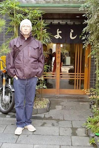 エリック・クラプトンが福よしの前で撮影した画像