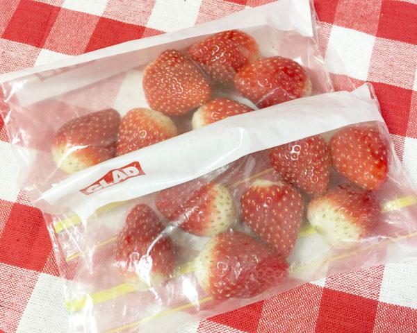 イチゴは冷凍したものを使用する