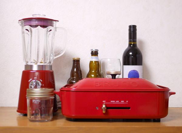 コンパクトガラスブレンダーとコンパクトホットプレートの大きさをワインボトル等と比較した画像