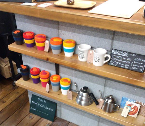 注文カウンターの下に、販売されているカップやケトルが並んでいる