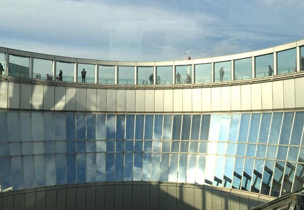 上を見上げると屋上のスカイウォーク展望台がある