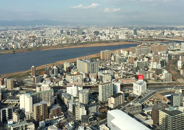 大阪駅と反対側。飛行機も見える