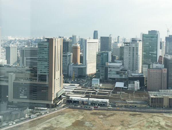 展望台から大阪駅の方面を見た景色