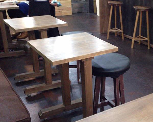 ウッディな椅子とテーブルがいい感じ