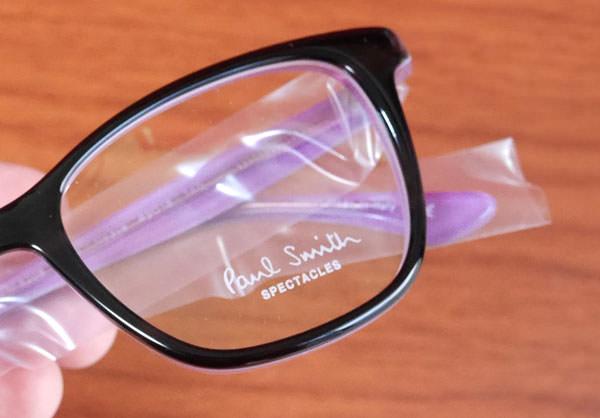 メガネのテンプル(つる・柄)部分はビニールで覆われている