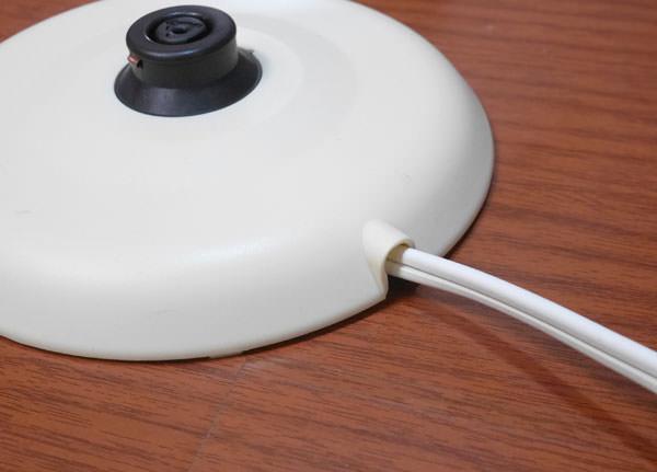 電源コードはフックに通して使う