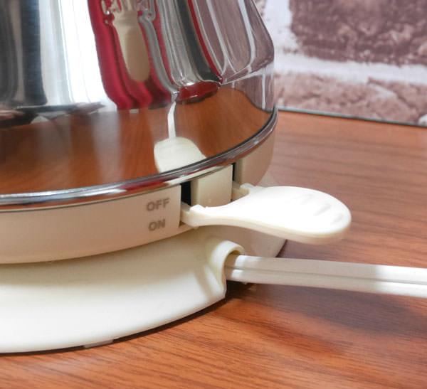 お湯を沸かす際には、背面のスイッチをオンにする