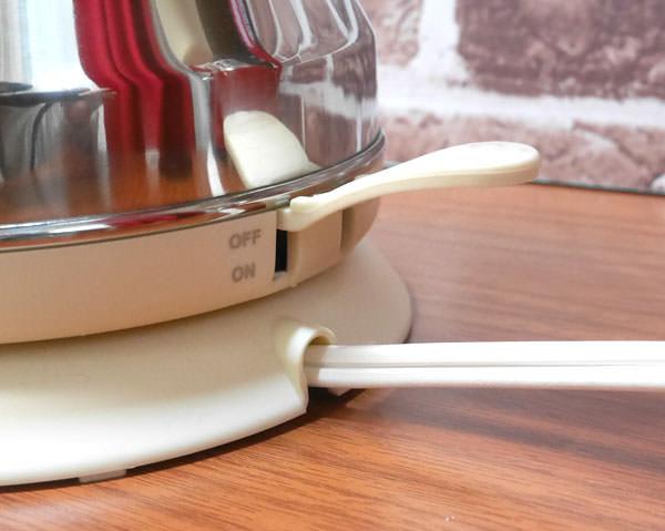 お湯が沸騰して加熱が終わるとスイッチは元に戻る