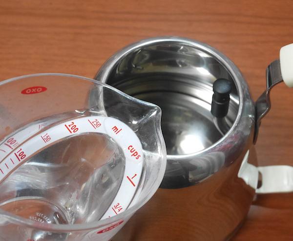 水を注ぐ時は容器を使う