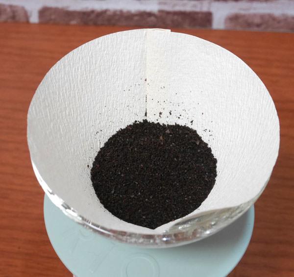 ドリッパーにコーヒーの粉を入れた画像