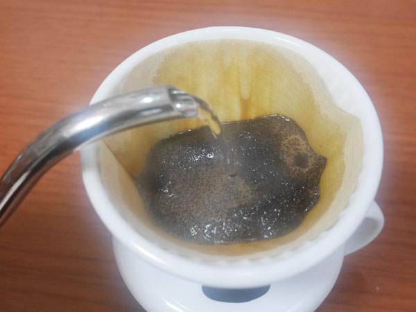 お湯を注いでコーヒーを抽出