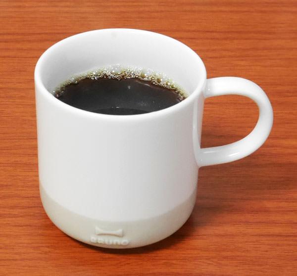 白いセラミックのマグはコーヒーに映える