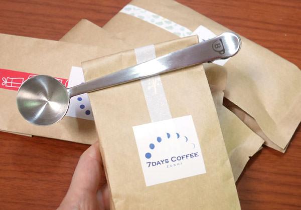 袋をブルーノのコーヒーメジャークリップで閉じた画像