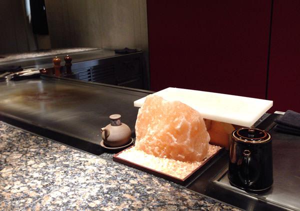 カウンター席からの眺め 目の前に大きな塩の塊