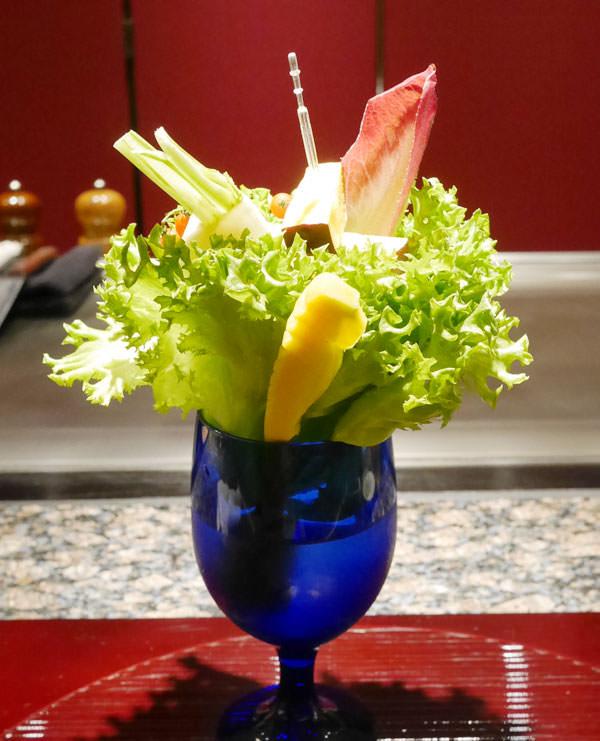 青いゴブレットに入った豪快な「捥ぎ取りサラダ」