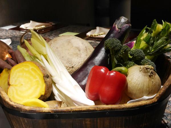 鉄板焼きで焼かれる野菜が入った籠