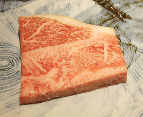肉は群馬県の和牛。蒸した藁を餌にしている