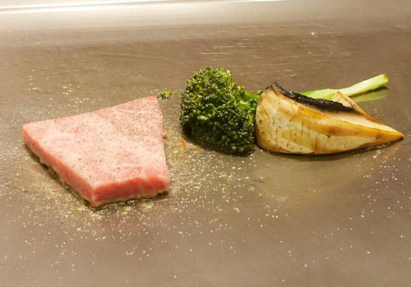 マッシュルームとブロッコリー、肉を焼いています