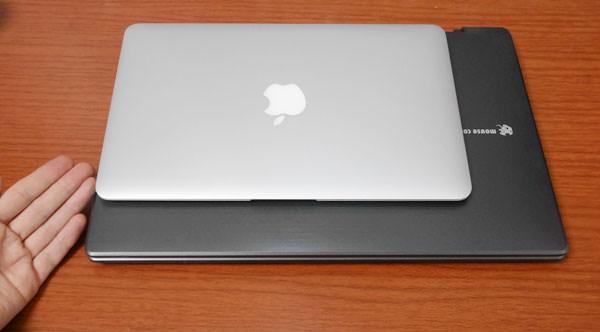 LB-F531とMacBook Air 11インチの大きさを比較した