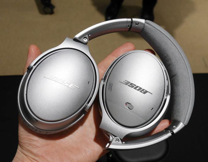 QuietComfort 35 wireless headphonesを手に持った大きさ 折りたたみ可能