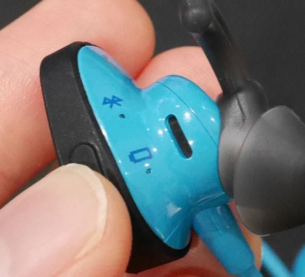 パワーボタンが右側のイヤホンについている