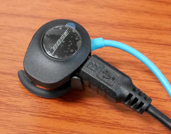 充電用USBケーブルを繋いだところ