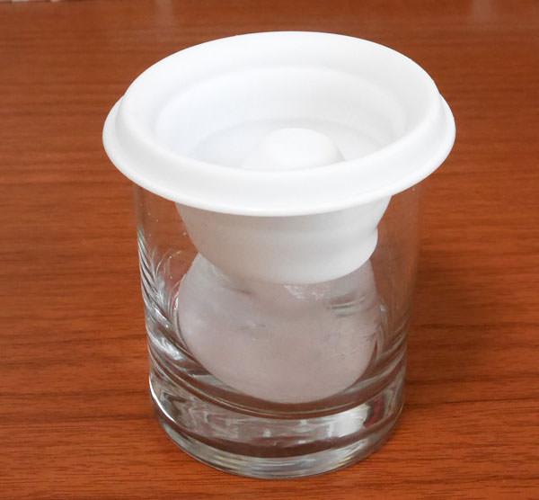 氷を出す際には型を押すと出しやすい。型はシリコン製なので柔らかい