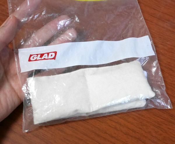 セラミックビーズをジップ袋に入れて冷凍する